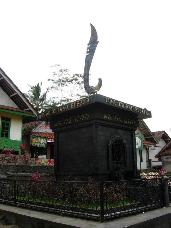 Tugu Kujang Pusaka Kampung Naga